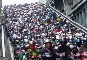 バイクの大群が人間の雪崩みたい