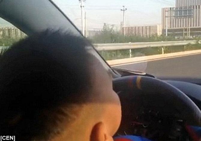 3歳の子供が車を運転