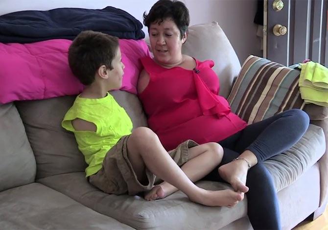 両腕が無い障害を抱える母子