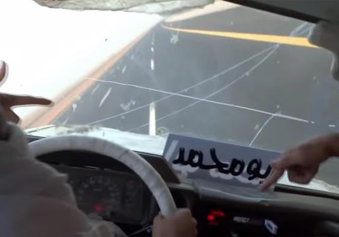 片輪走行する車の中
