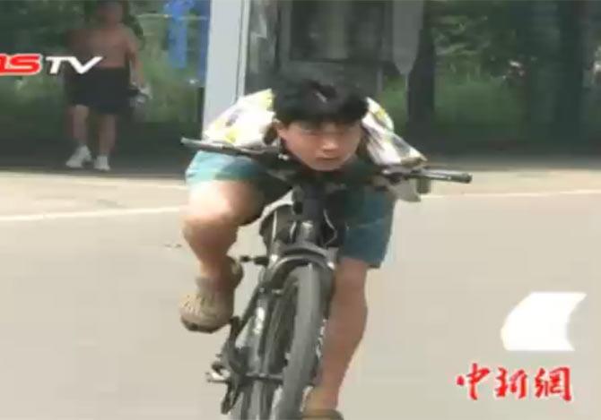 両腕の無い青年が自転車に挑戦