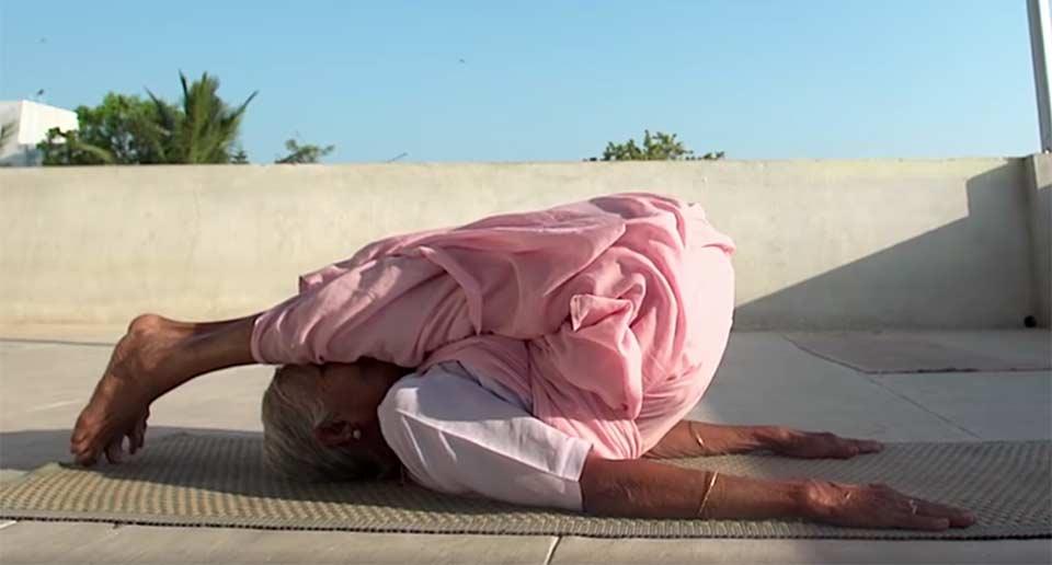 インドの98歳ヨガインストラクター
