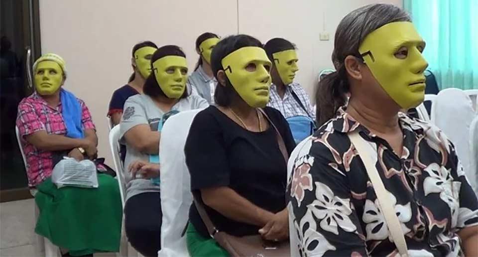 患者とスタッフともに顔を隠すためのマスクを着用