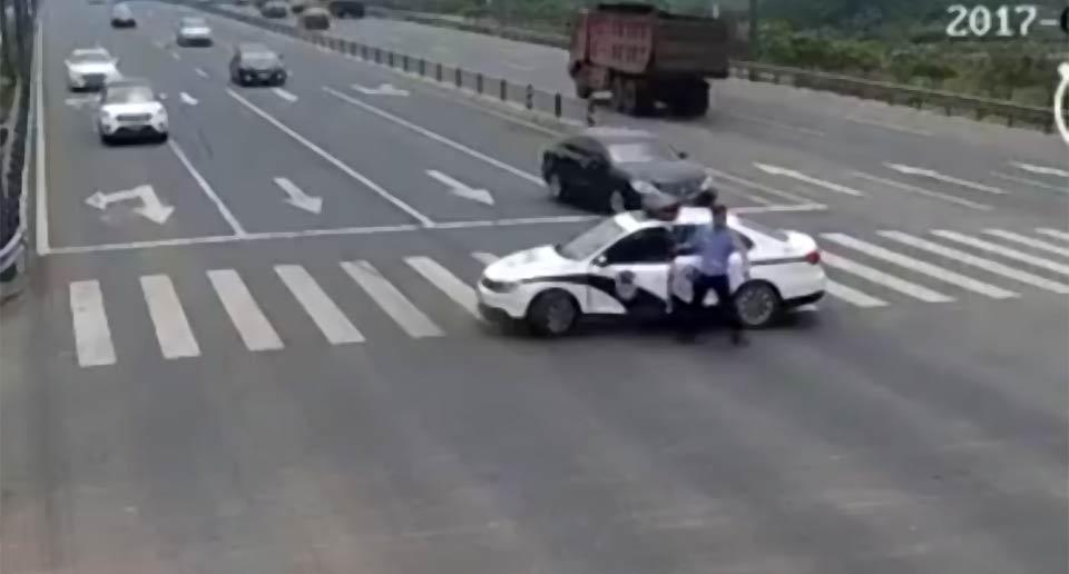 突然交差点をふさぐようにしてパトカーを停車させた警察官
