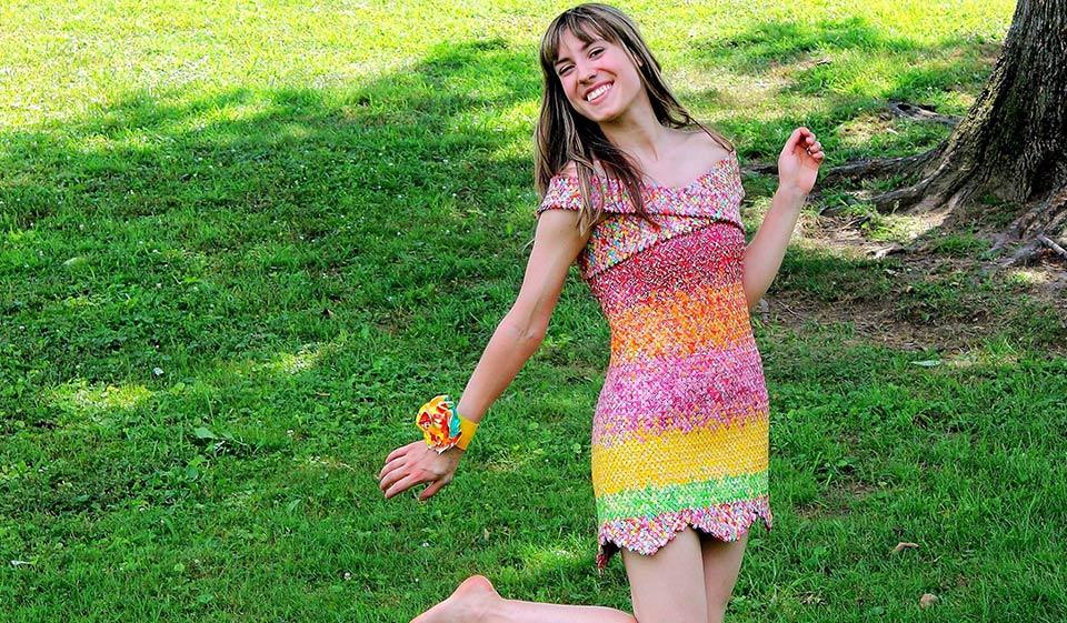 お菓子の包み紙で作ったドレス