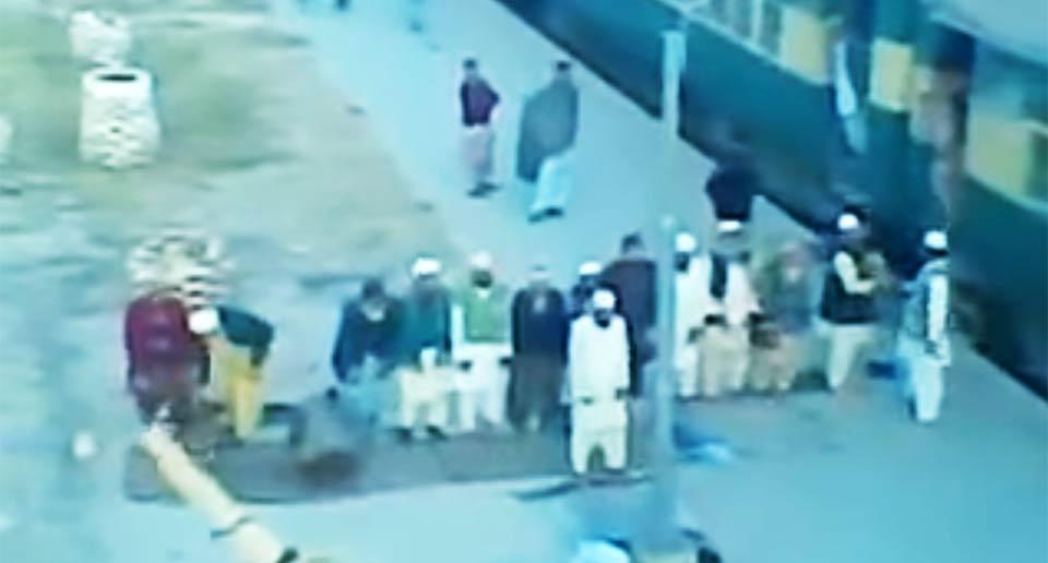 ムスリムたちが駅のホームでお祈り