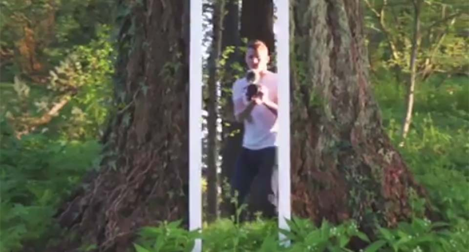 鏡の中の世界に入り込むトリック映像