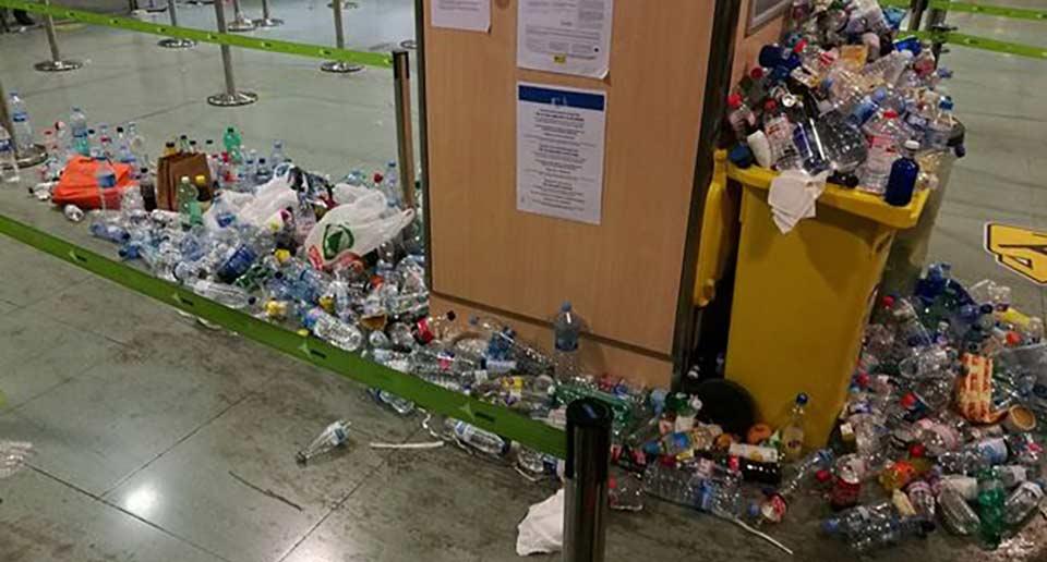 ゴミだらけの空港