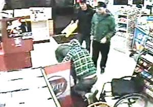 犯人を車椅子の男性が取り押さえる