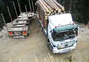 牽引トラックが崖っぷちで方向転換
