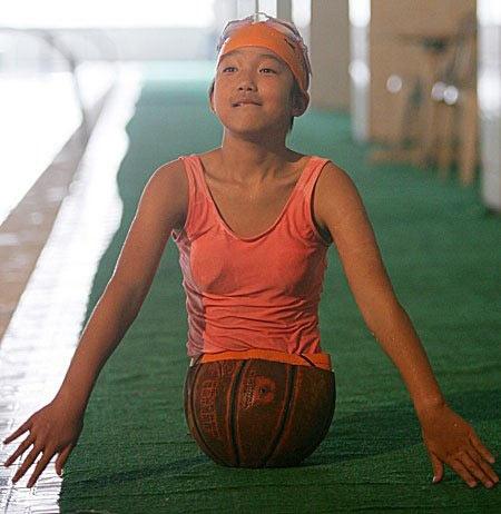 バスケットボールの少女