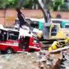 バスを解体するショベルカー