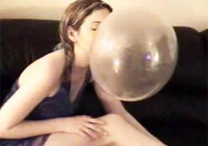 バブルガムを膨らませる美少女