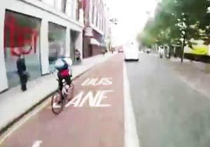 ロンドンの街を疾走する自転車
