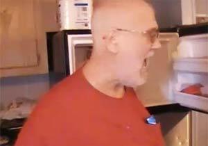 怒るじいちゃんキッチンを破壊