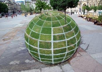 パリ市役所広場の草玉