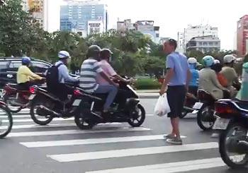 ベトナムの道路を渡る
