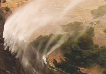 暴風にあおられて滝の水が巻き上げられる