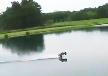 ラジコンが水上を疾走