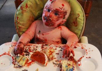 赤ちゃんと毒々しいケーキ