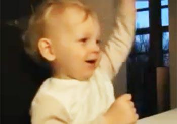 クイーンの映像にノリノリな赤ちゃん