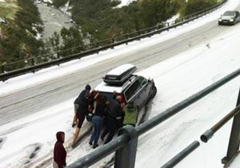 異常気象の雪で車がスリップ