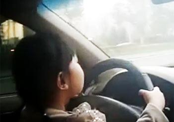 車の運転をする少女