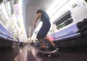 地下鉄でスケボー