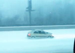 雪の側道を走るクレイジー車