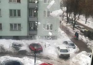 雪が落ちて車に直撃