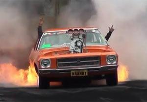 炎を噴射するカスタムカー