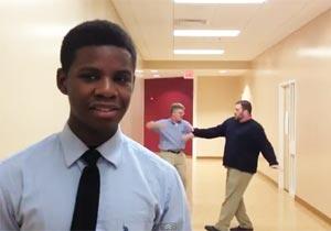 学生の背後で先生がダンス
