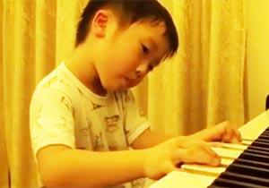 5歳の男の子が超絶的なピアノを披露