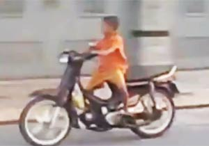 バイクに乗る6歳の少年