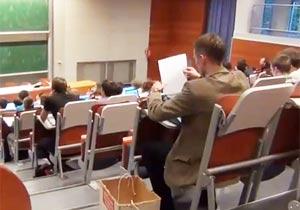 授業中にタイプライターを使用する学生