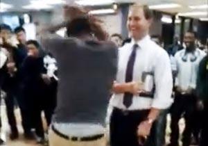 ダンス攻撃をしかける学生