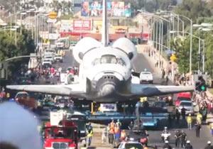 街中を移動するスペースシャトル