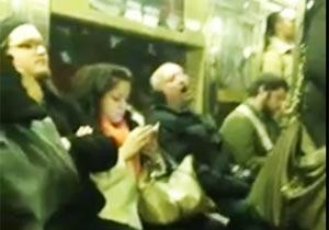 地下鉄で歌いだすおじさん