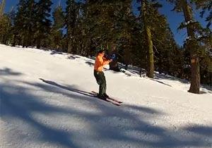 トロボーンを吹きながらスキー