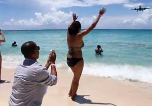飛行機ビーチでプロポーズ