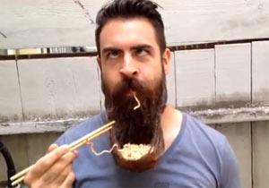 ひげを器にしてラーメンを食べる