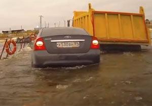 橋が沈下して車が水に浮く