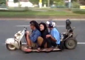 ウンコ座り3人乗りバイク