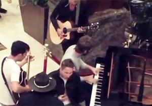 ホテルのロビーで突然ライブ