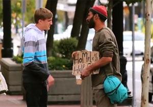 ホームレスに100ドル札を配る人