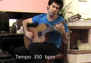 アコースティックギターを350bpmで弾く男