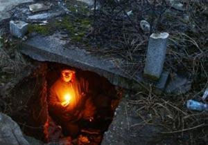 墓の中に住みついたホームレスの男性