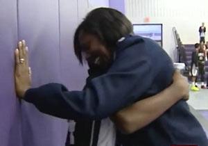 息子とサプライズ再会をする母親
