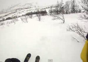 スキーをしてたら空洞にハマって転落