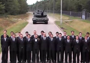迫りくる戦車を振り向いてはいけない